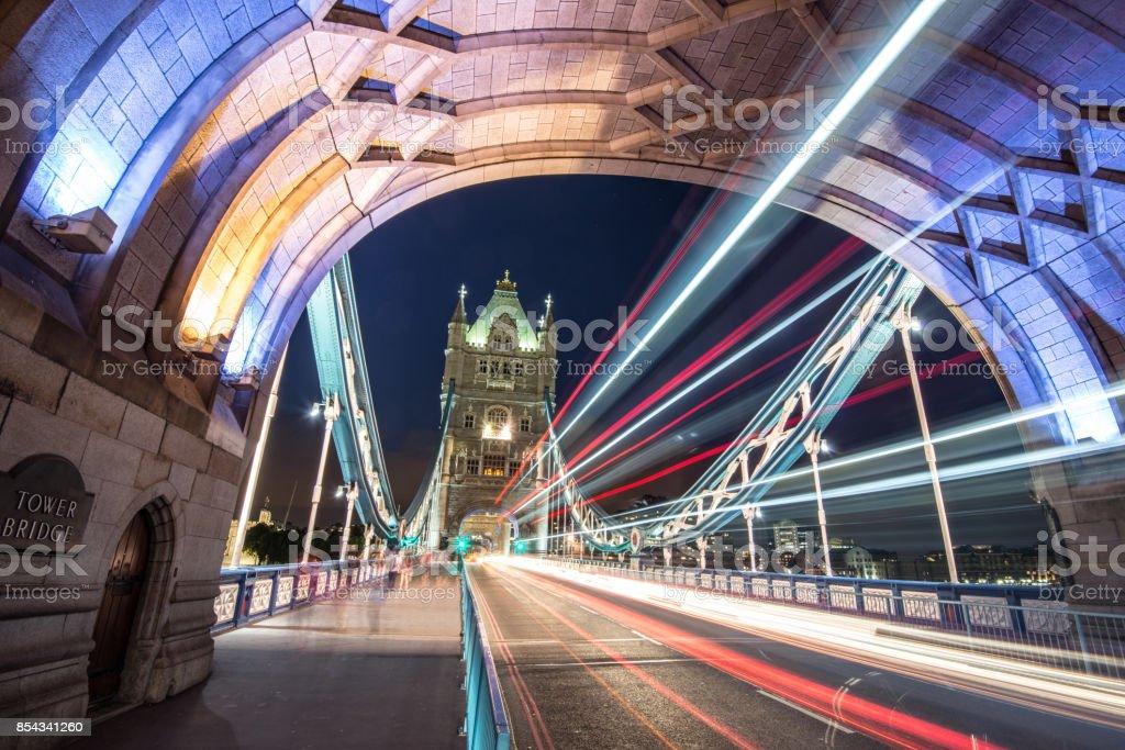 Verkehr auf der Tower Bridge bei Nacht in London – Foto