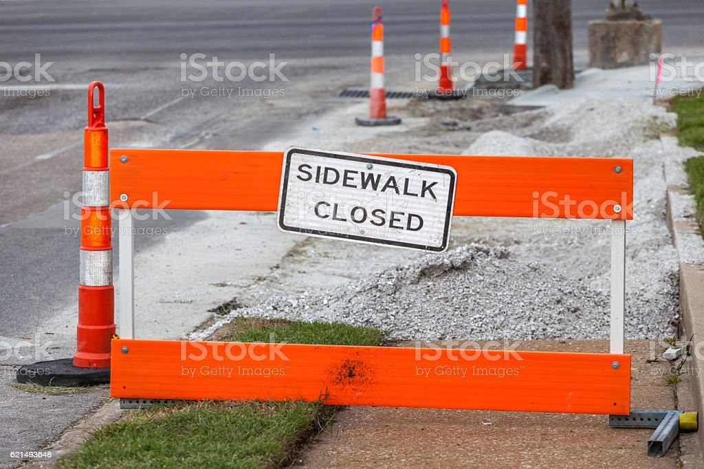 Traffic pole with sidewalk closed sign on street for safety. photo libre de droits