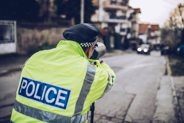 verkehr polizist - geschwindigkeitskontrolle stock-fotos und bilder