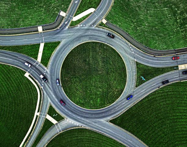 rond-point de circulation ci-dessous - rond point carrefour photos et images de collection