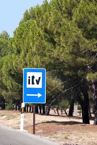 Señal De Tráfico De La Itvservicio De Inspección Foto de stock y más banco de imágenes de Aire libre