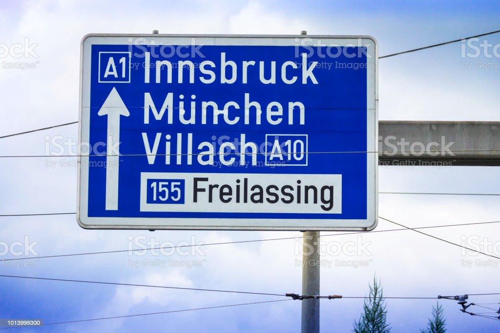 Verkehrszeichen Der Richtung Zu 1 Autobahnen In Innsbruck München München Villach Freilassing Salzburg österreich Stockfoto Und Mehr Bilder Von Ampel