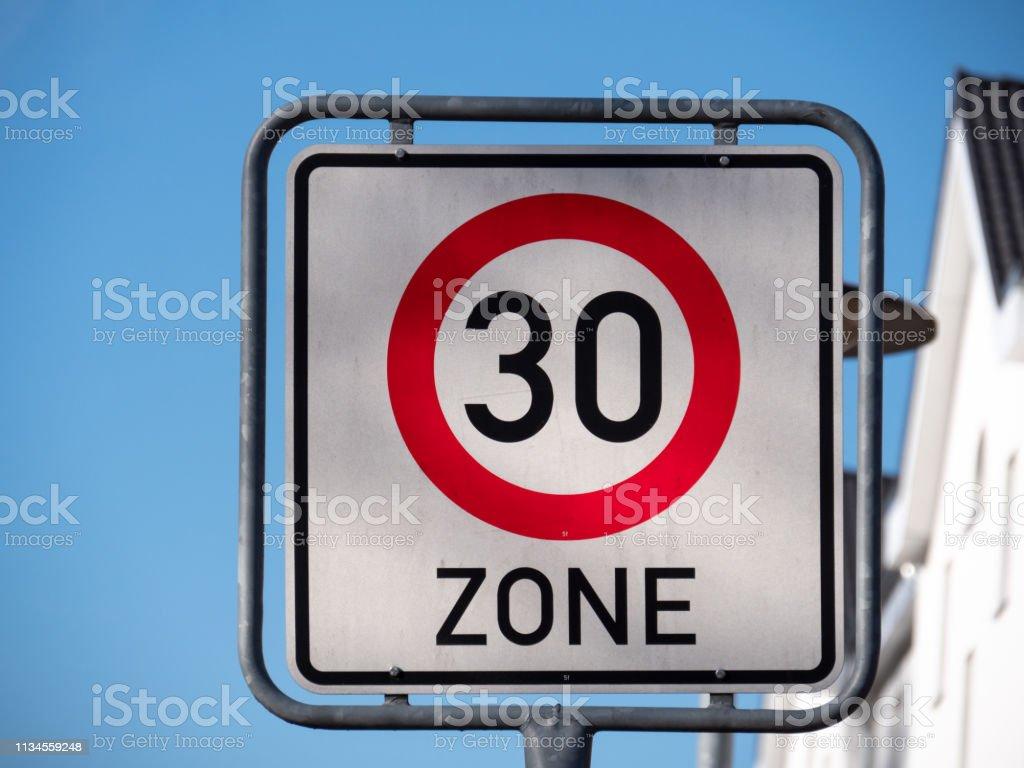 0714 Verkehrszeichen Geschwindigkeitsbegrenzung 30s, blauer Himmel – Foto