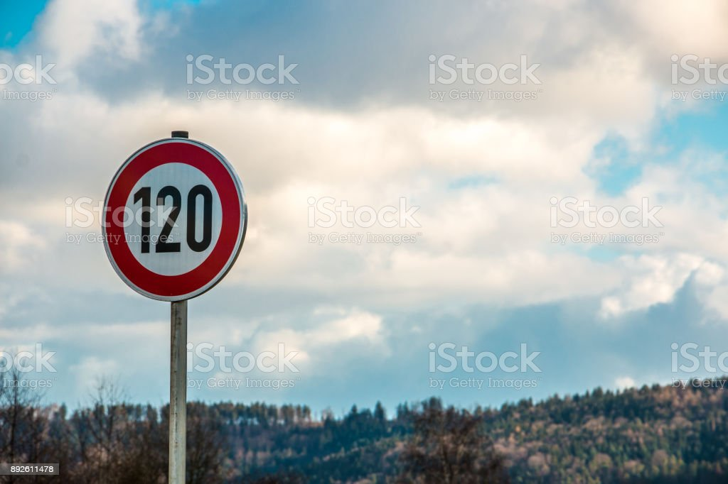 Verkehrszeichen, d.h. 120 Kilometer pro Stunde – Foto
