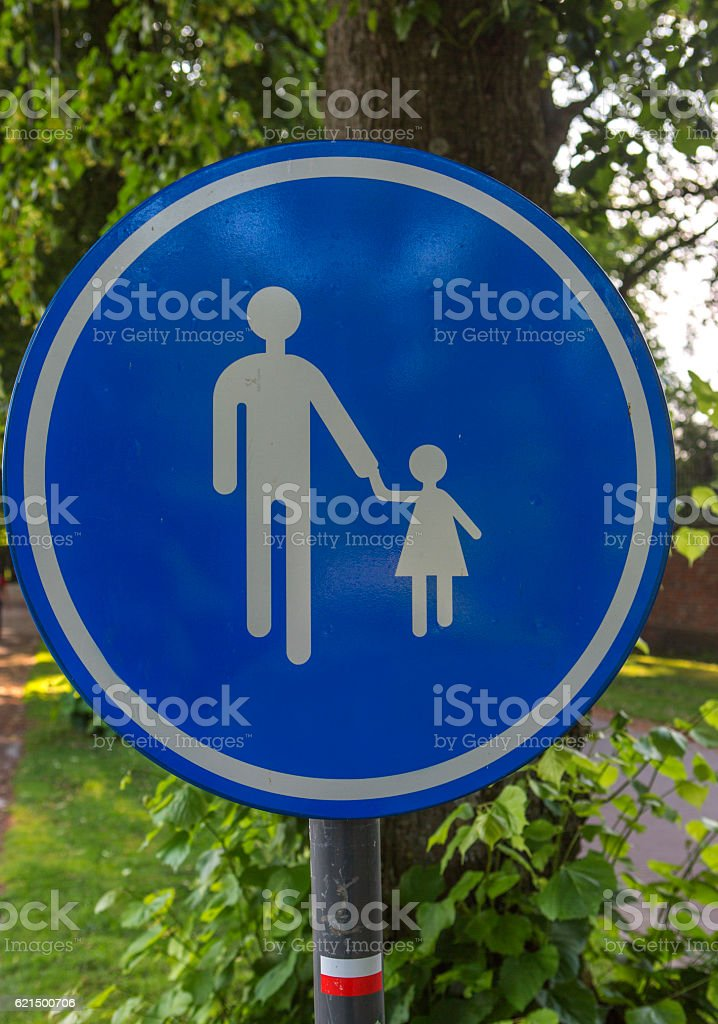 traffic sign with father and daughter at brugge belgium foto stock royalty-free