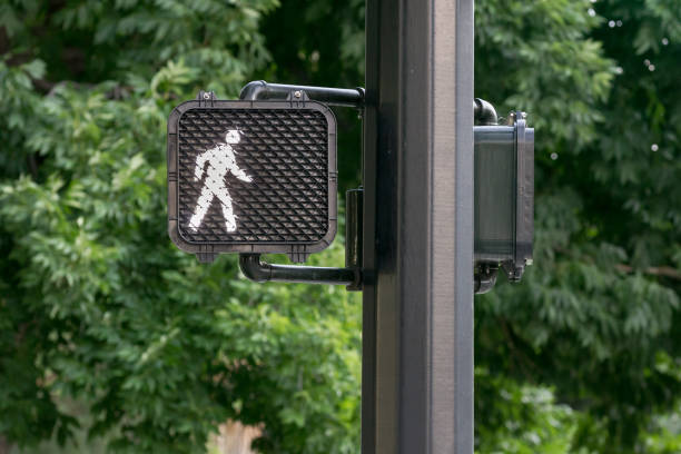 verkeer signaal - oversteken stockfoto's en -beelden