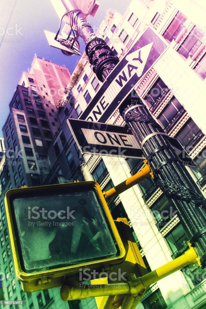 Señales de tráfico visitaron desde abajo - foto de stock