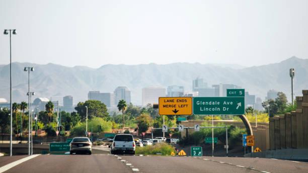 verkeer naar phoenix, arizona. - arizona highway signs stockfoto's en -beelden