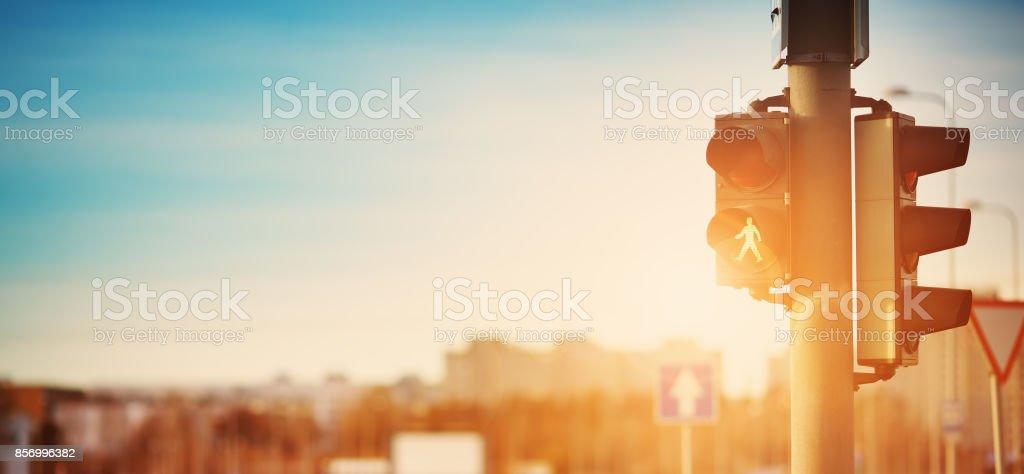 Semáforo al aire libre en la mañana temprano - foto de stock