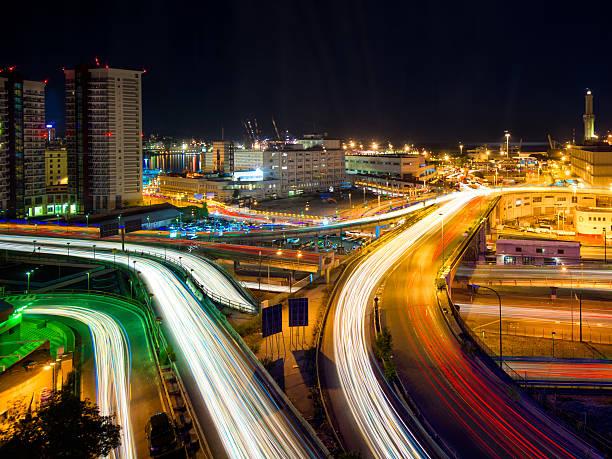 traffico al porto di gênes. passerelle célèbre pont de nuit - pont gênes photos et images de collection