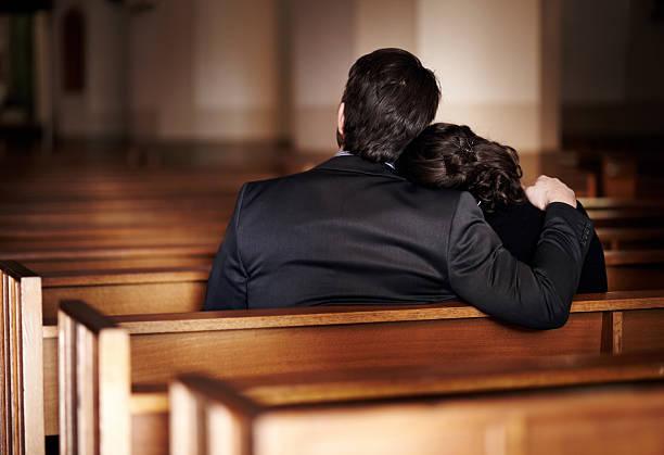 tragedia solo rafforza il legame familiare - funerale foto e immagini stock