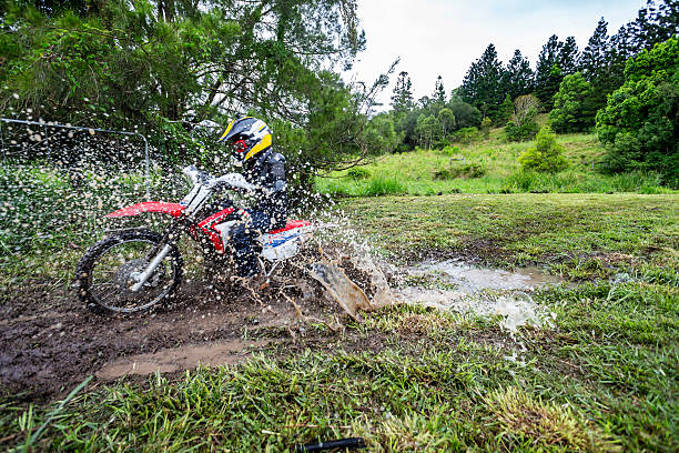 Sentiers de vélo aquatique dans une flaque de boue dans une ferme - Photo