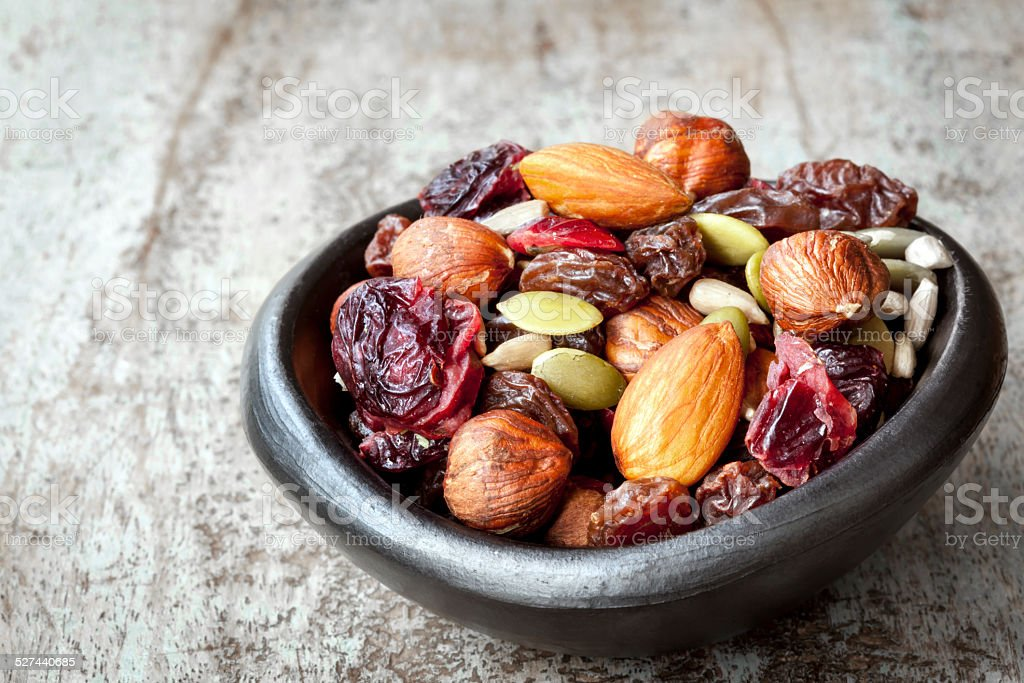 Trail Mix in Schwarz Bowl – Foto