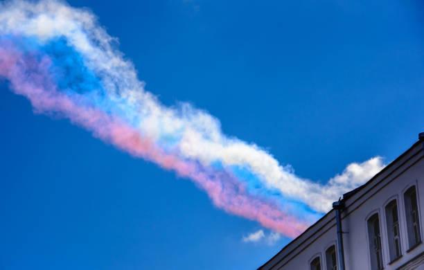 spuren der trikolore rauch verlassen in den himmel von su-25 angriff flugzeuge auf der parade zu ehren des sieges im großen vaterländischen krieg - wortarten bestimmen übungen stock-fotos und bilder
