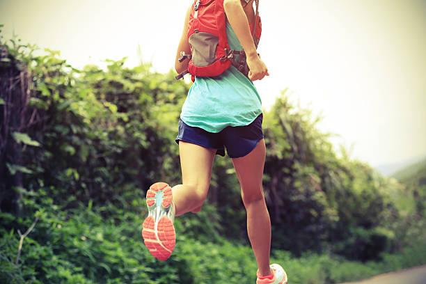 trail-Läufer Athlet läuft auf den Wald. – Foto