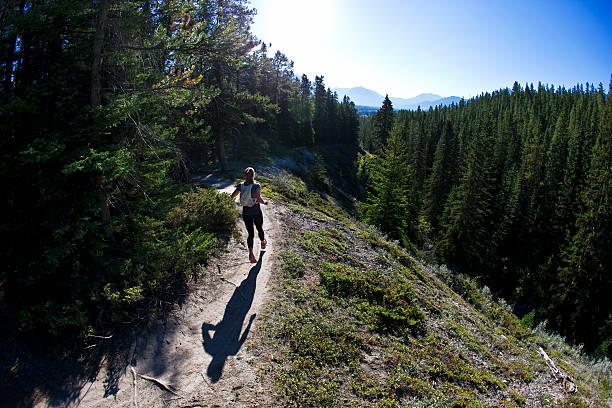 sendero corredor chica - trail running fotografías e imágenes de stock