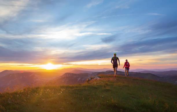 terränglöpning i solnedgången - jogging hill bildbanksfoton och bilder