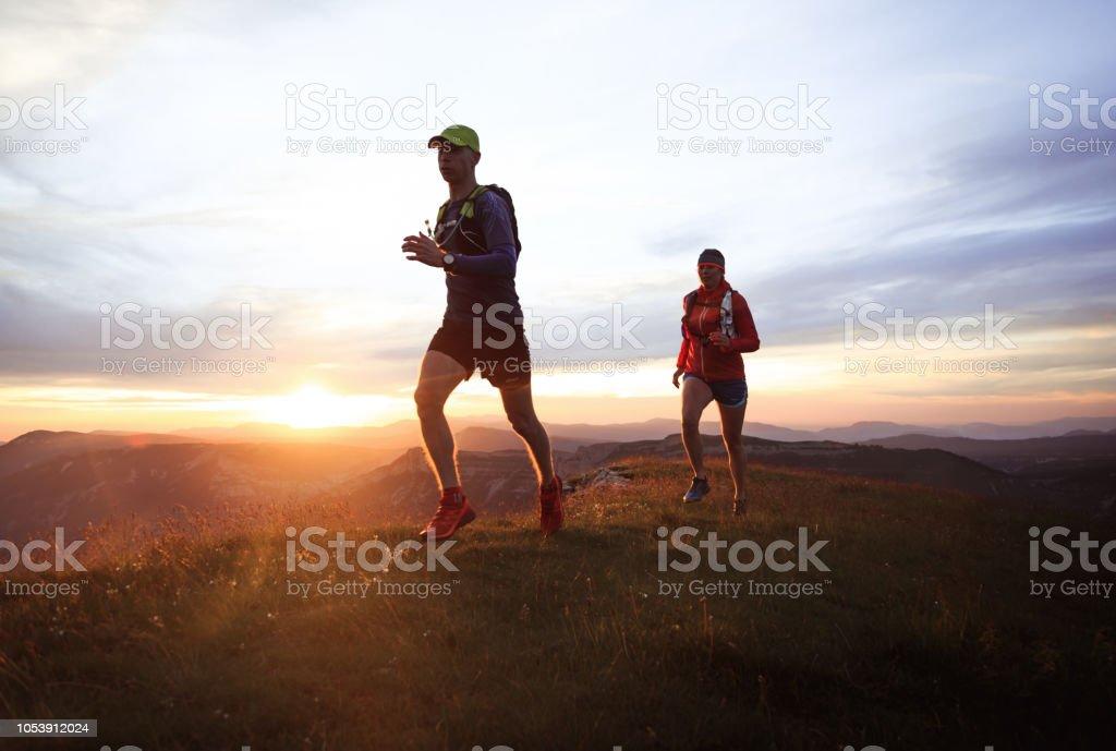 Trail-running-paar - Lizenzfrei Abenddämmerung Stock-Foto