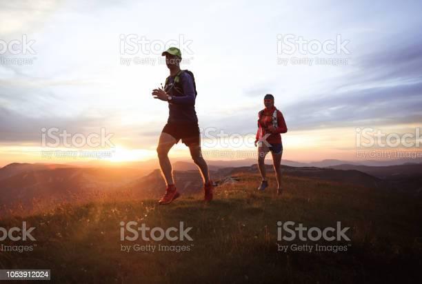 Trailrunningpaar Stockfoto und mehr Bilder von Abenddämmerung
