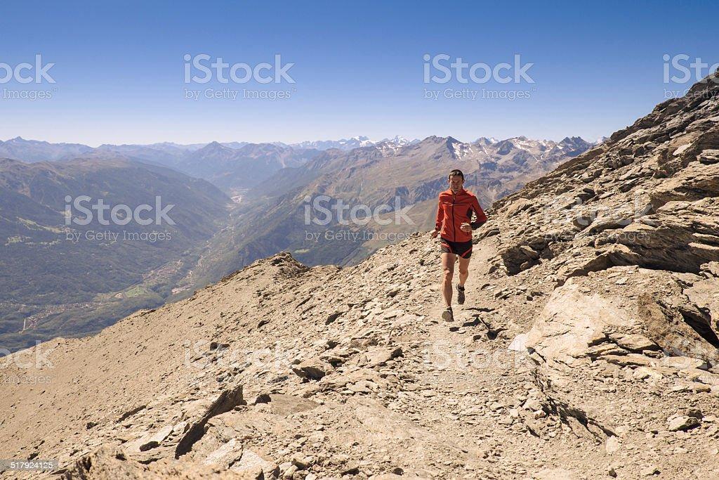 Trilhas nas montanhas - foto de acervo