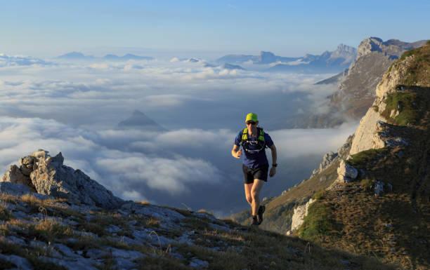 trail-running. - französisch übungen stock-fotos und bilder