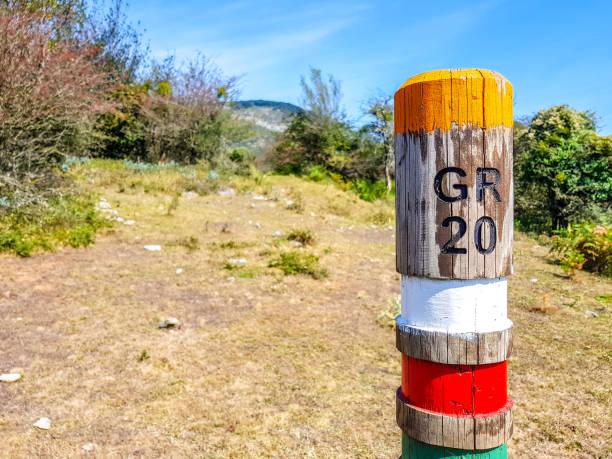 le sentier gr20 signe dans la vallée d'araiz avec les monts aralar de la région de betelu, en navarre. espagne - randonnée corse photos et images de collection