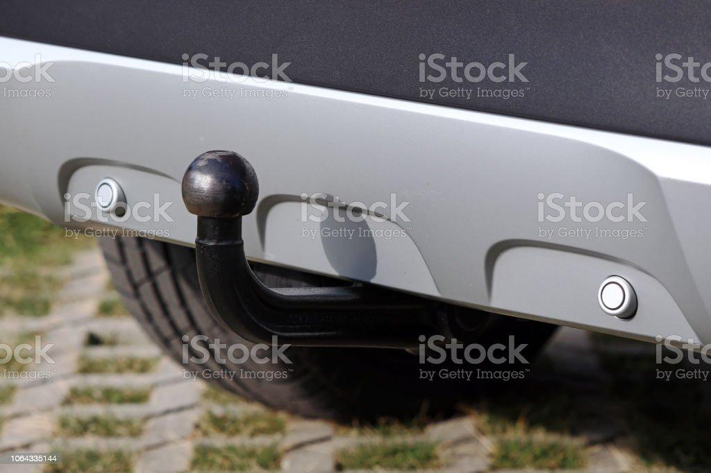 Anhängekupplung auf einem silberfarbenen Auto mit umgekehrter Warneinrichtungen - Lizenzfrei Anhänger Stock-Foto