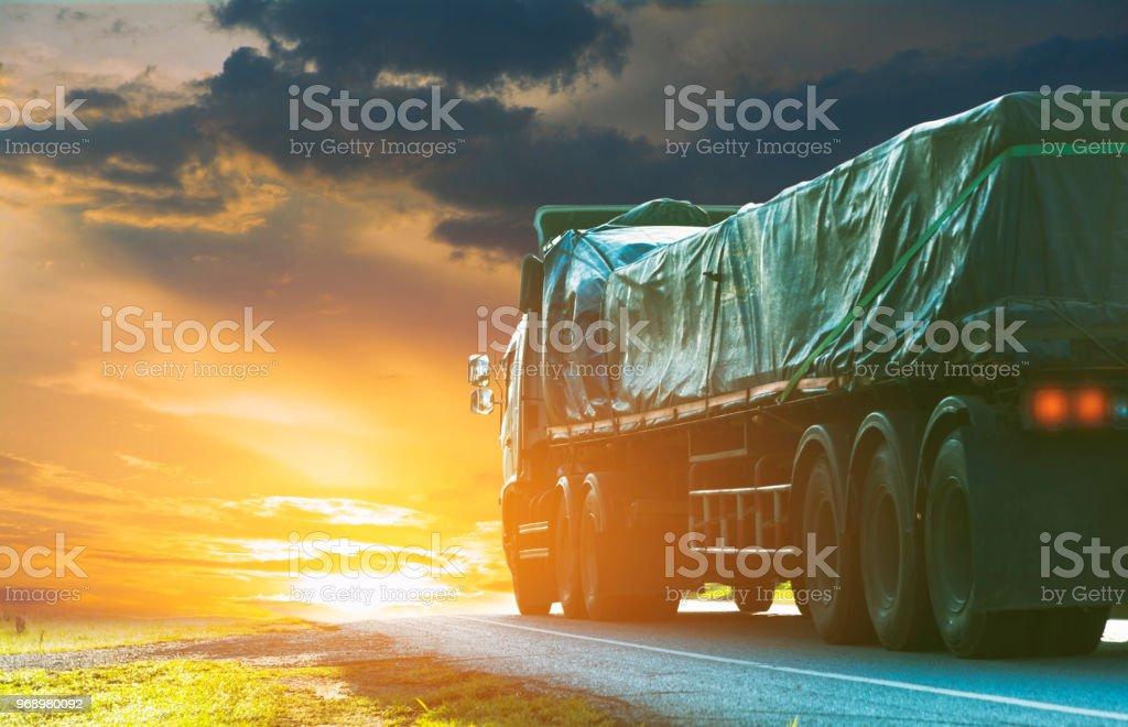 Anhänger, LKW auf einer Asphaltstraße in einer ländlichen für Transportkonzept... – Foto