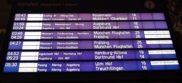 tåg ankomst och avresa sign styrelsen visa på münchen järnvägsstation i tyskland europa - munich train station bildbanksfoton och bilder