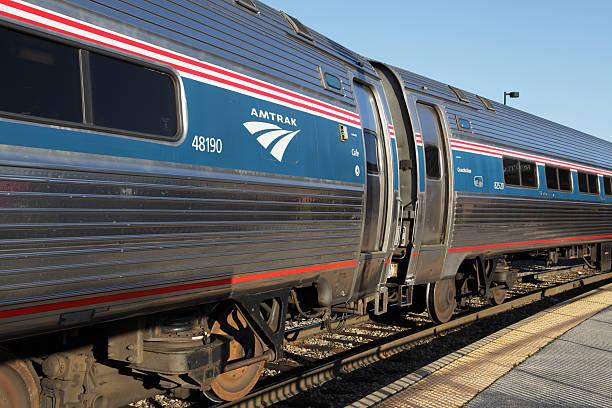 AMTRAK-Zug, der am Bahnhof in Rutland, Vermont – Foto