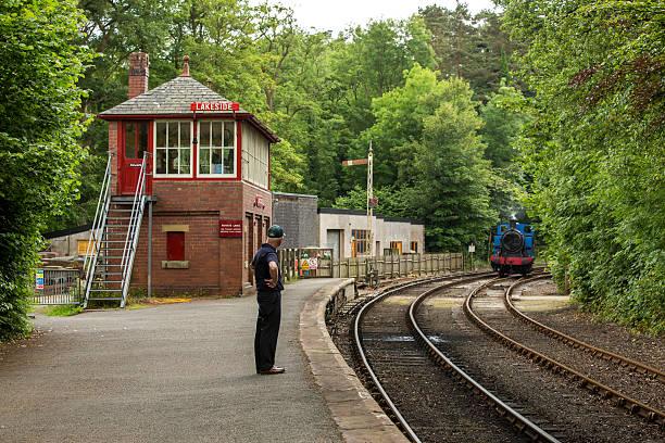 zugschaffner im lakeside und haverthwaite railway - see loch leven stock-fotos und bilder