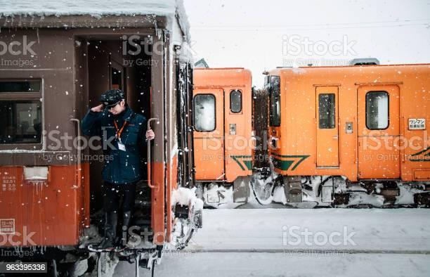 Oficer Konduktor Pociągu Jazdy Na Vintage Potbelly Piec Pociąg Opperated Na Kolei Tsugaru W Śniegu Zimą Na Stacji Goshogawara Aomori Tohoku Japonia - zdjęcia stockowe i więcej obrazów Azja
