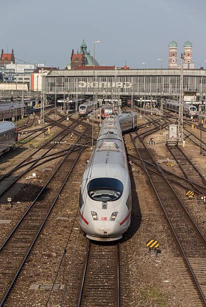 ICE-Zug fährt vom Münchner Hauptbahnhof 2015 – Foto
