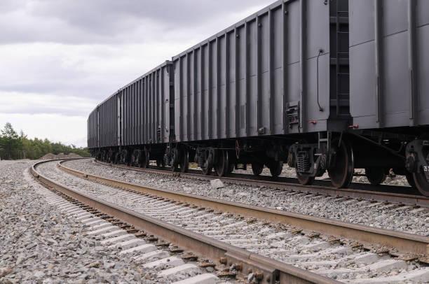 güterwagen anfahren - schienenverkehr stock-fotos und bilder