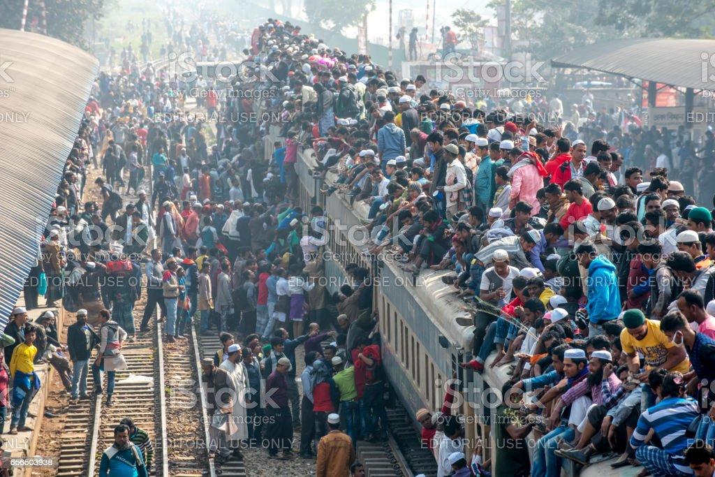 안개 낀 날에 역을 입력 하는 승객의 전체 기차 스톡 사진