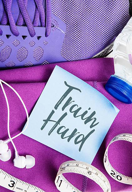 trainiere hart fitness nachricht - motivationsfitness zitate stock-fotos und bilder