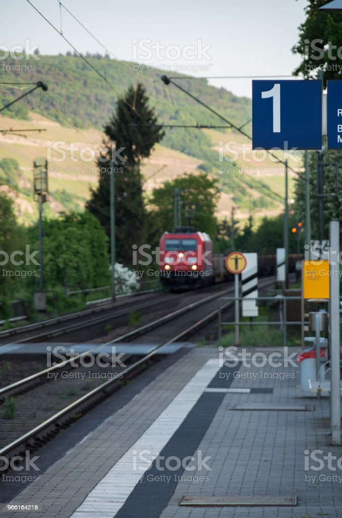 Trainen in de verte richting station - Royalty-free Betreden Stockfoto