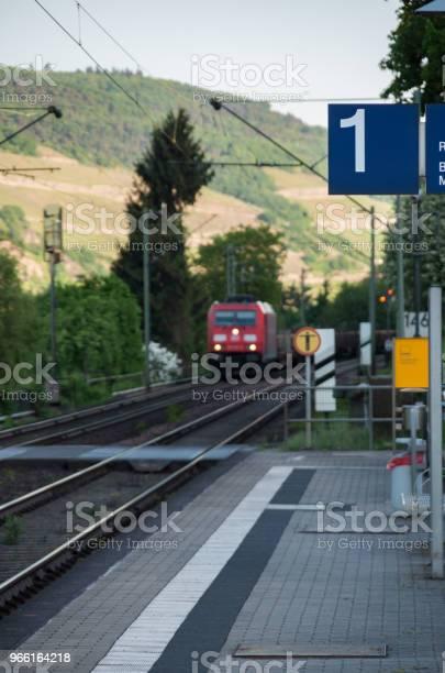 Träna I Fjärran Väg Mot Station-foton och fler bilder på Dag