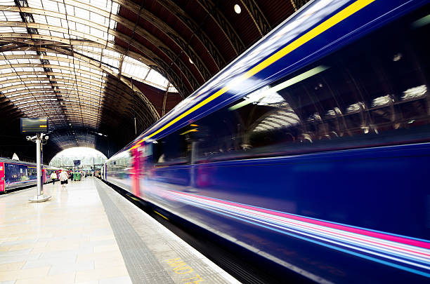 zug nach paddington station in london, england - schienen stock-fotos und bilder