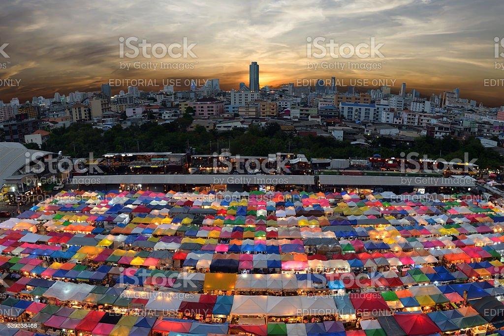 Tren mercado segunda mano mercado en Bangkok, Tailandia foto de stock libre de derechos