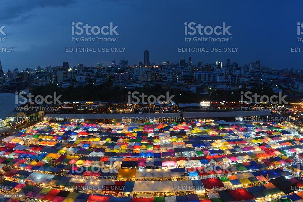 Tren mercado segunda mano mercado en Bangkok, Thailands foto de stock libre de derechos