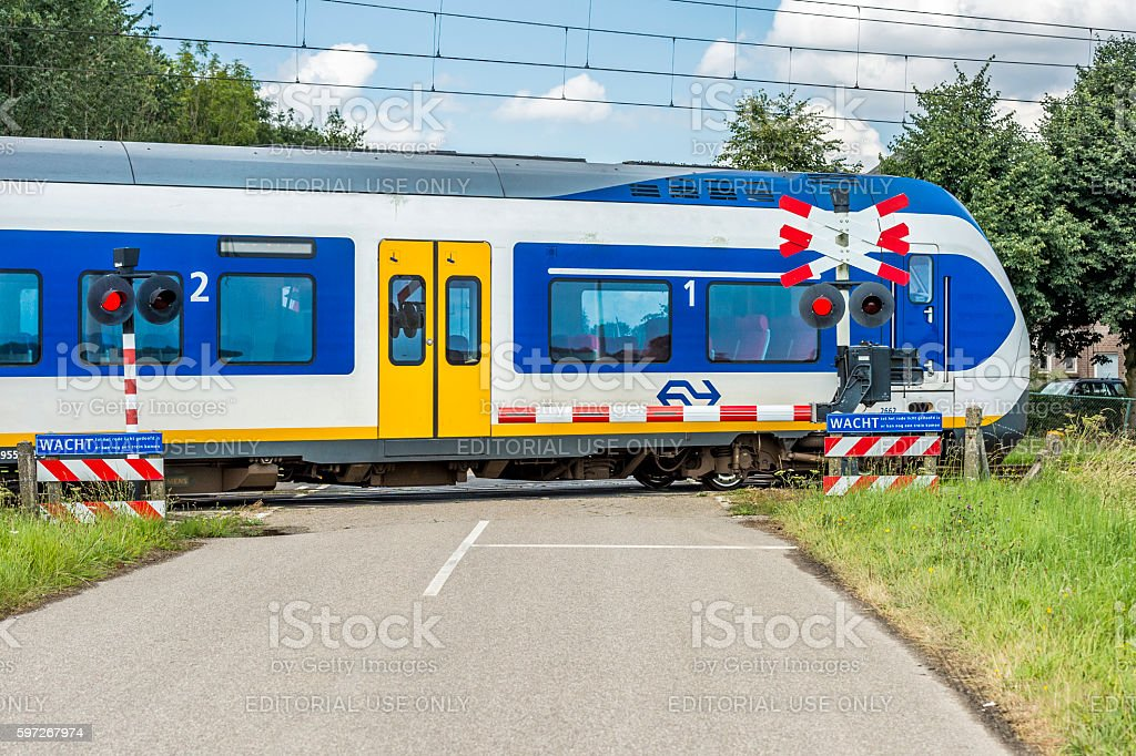 Train moving at high speed on a level crossing photo libre de droits