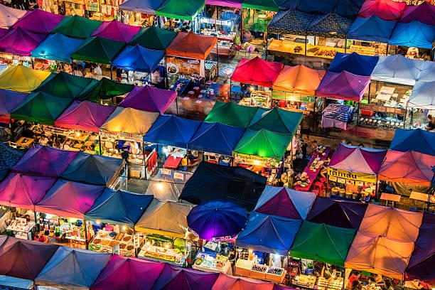 treno mercato notturno a bangkok - mercato luogo per il commercio foto e immagini stock