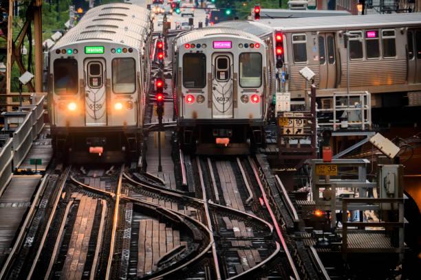 火車在高架軌道在大廈之內在圓環, 芝加哥市中心-柔和的溫暖的藝術性的作用-芝加哥, 伊利諾伊, 美國 - 鐵路運輸 運輸 個照片及圖片檔