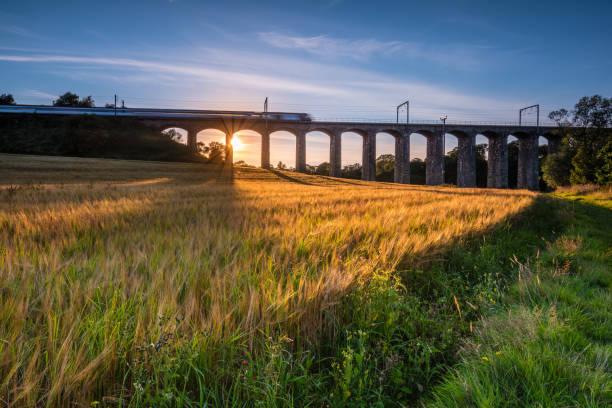 trainieren sie auf fluß aln viadukt - englandreise stock-fotos und bilder