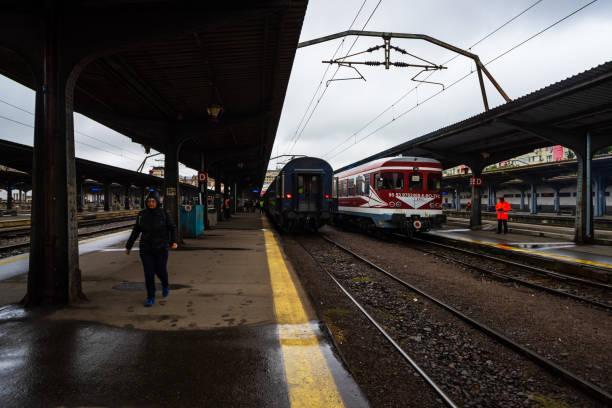 Zug auf dem Bahnsteig des Bukarester Nordbahnhofs (Gara de Nord Bucuresti) in Bukarest, Rumänien, 2019 – Foto