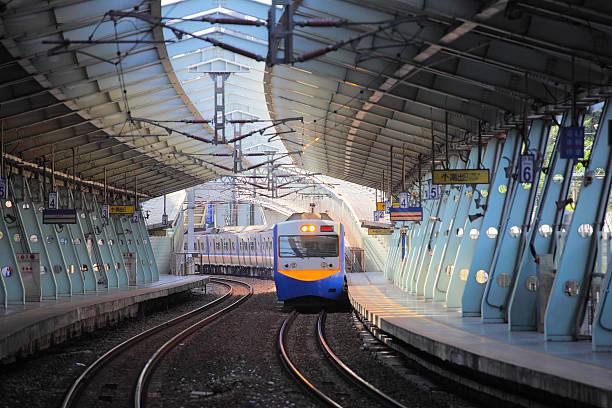 treno sulla ferrovia stazione xike arrivo - subway foto e immagini stock