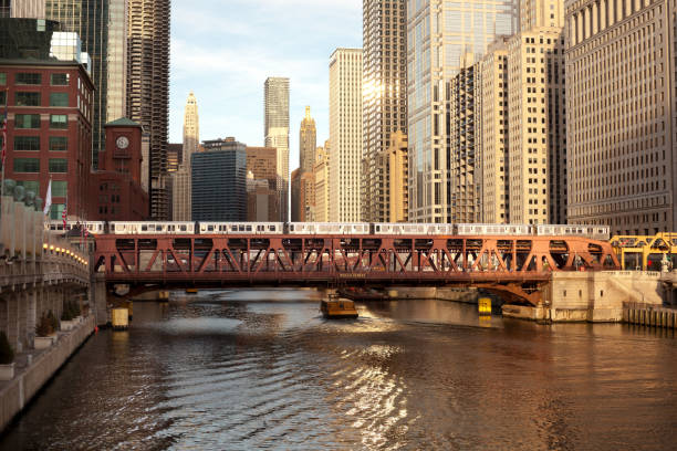 Train over the Chicago River on Wells Street Train over the Chicago River on Wells Street, Chicago, Illinois, USA bascule bridge stock pictures, royalty-free photos & images