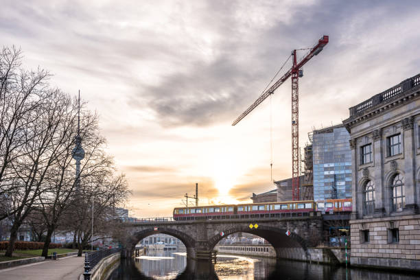 bahnhof berliner fluss brücke überfahren, bei sonnenaufgang - brücke museum berlin stock-fotos und bilder