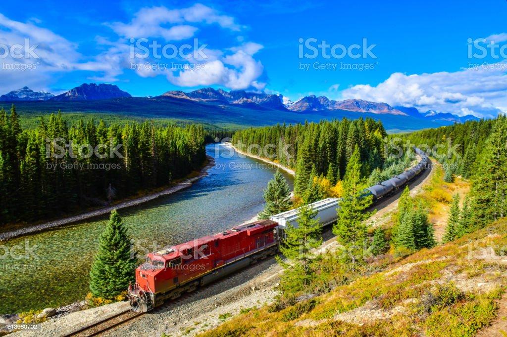 Train passing famous Morant's curve,Canadian Rockies,Canada. - foto stock